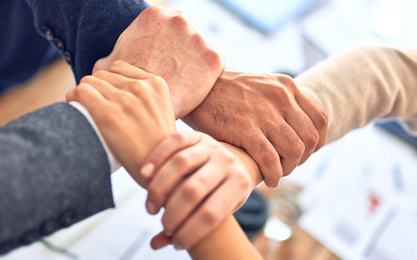 Le médiateur centré sur la personne se situe hors des enjeux de l'entreprise et de l'institution et résolument en compréhension profonde de ce que vit, chacun et chacune, dans la situation en conflit ou en tension forte.